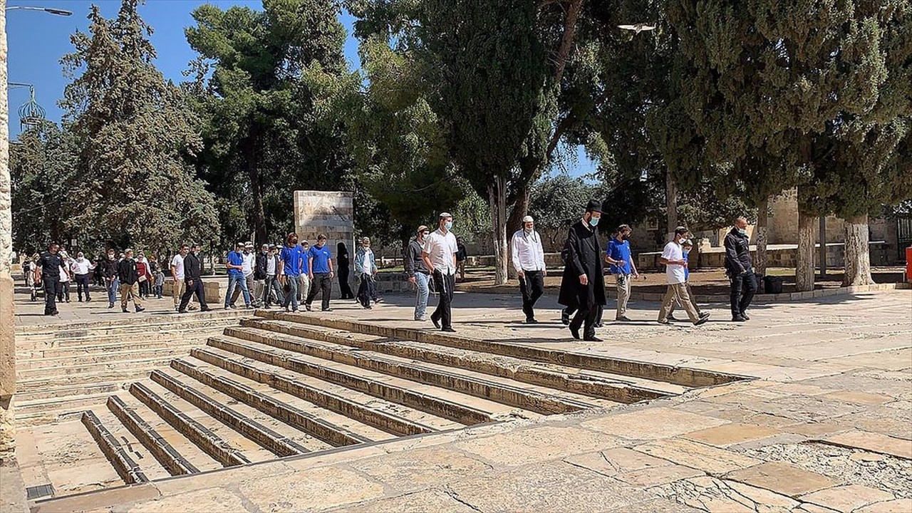 Aşırılıkçı Yahudiler'den Mescid-i Aksa'ya baskın