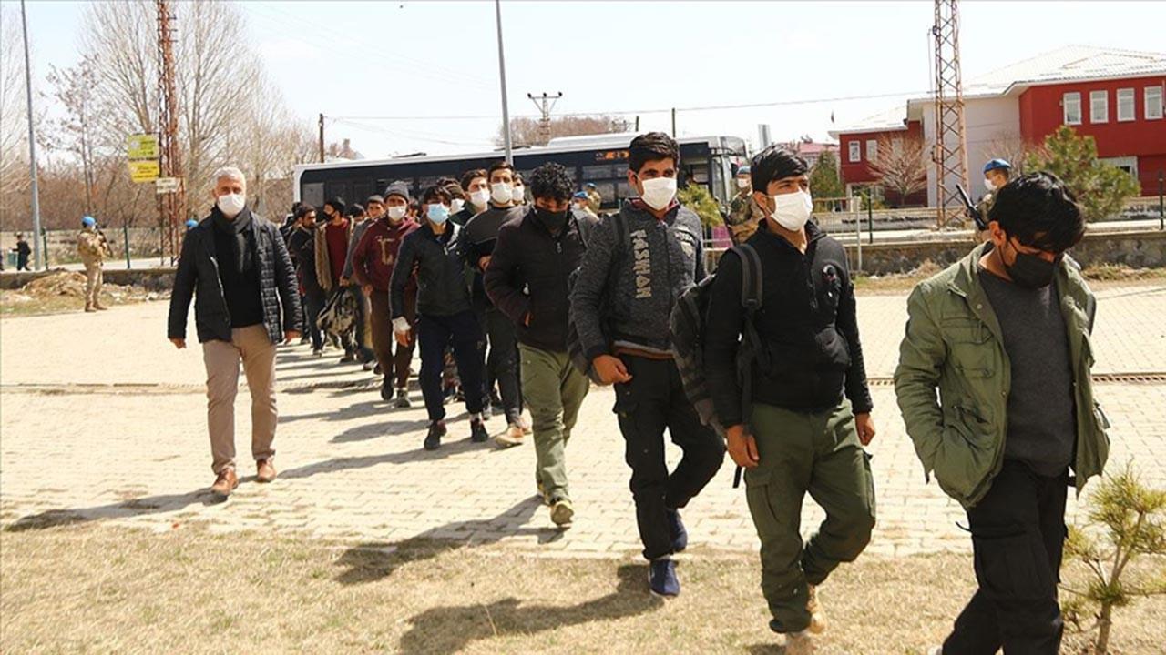 Bir TIR'dan 218 kaçak göçmen çıktı