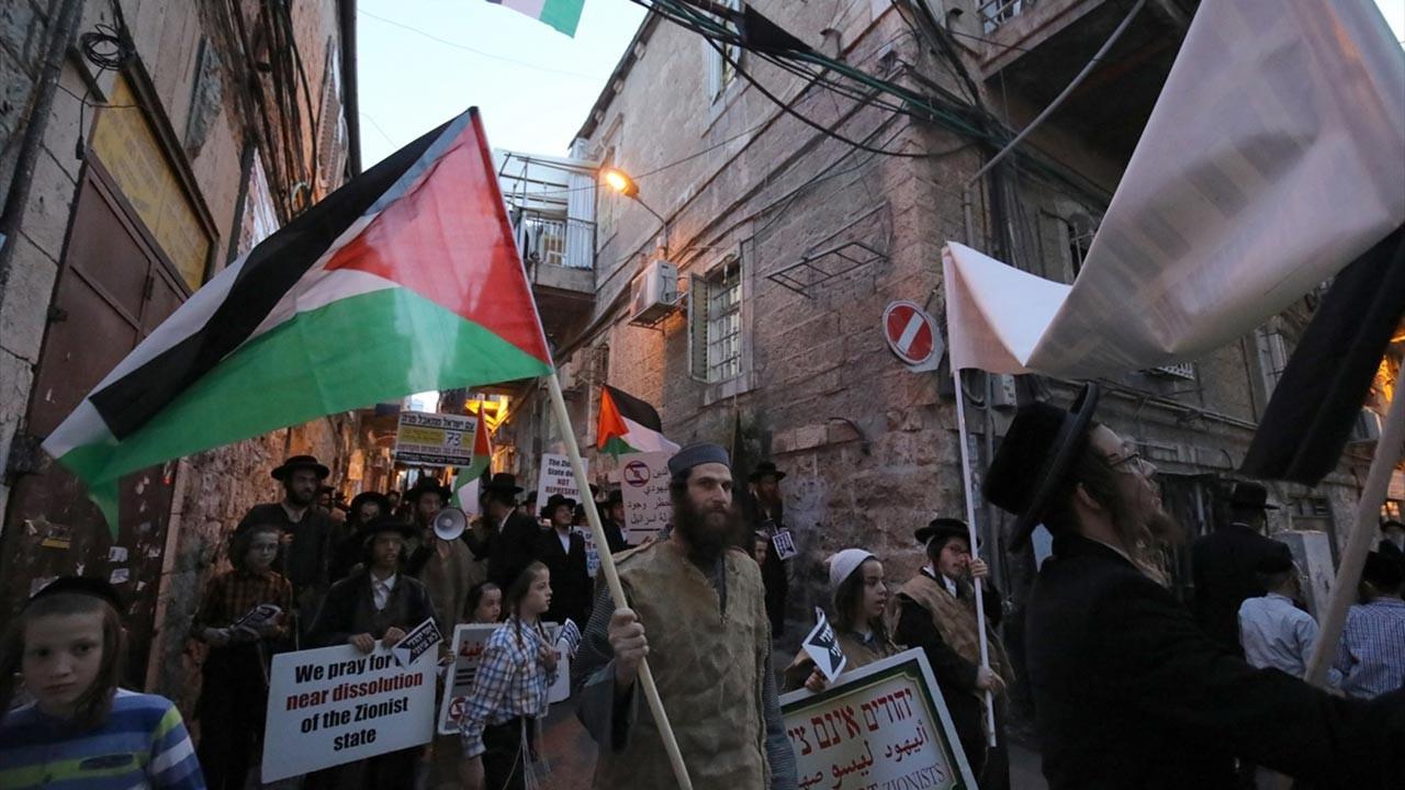İsrail bayrağı yaktı, Filistin bayrağı açtı