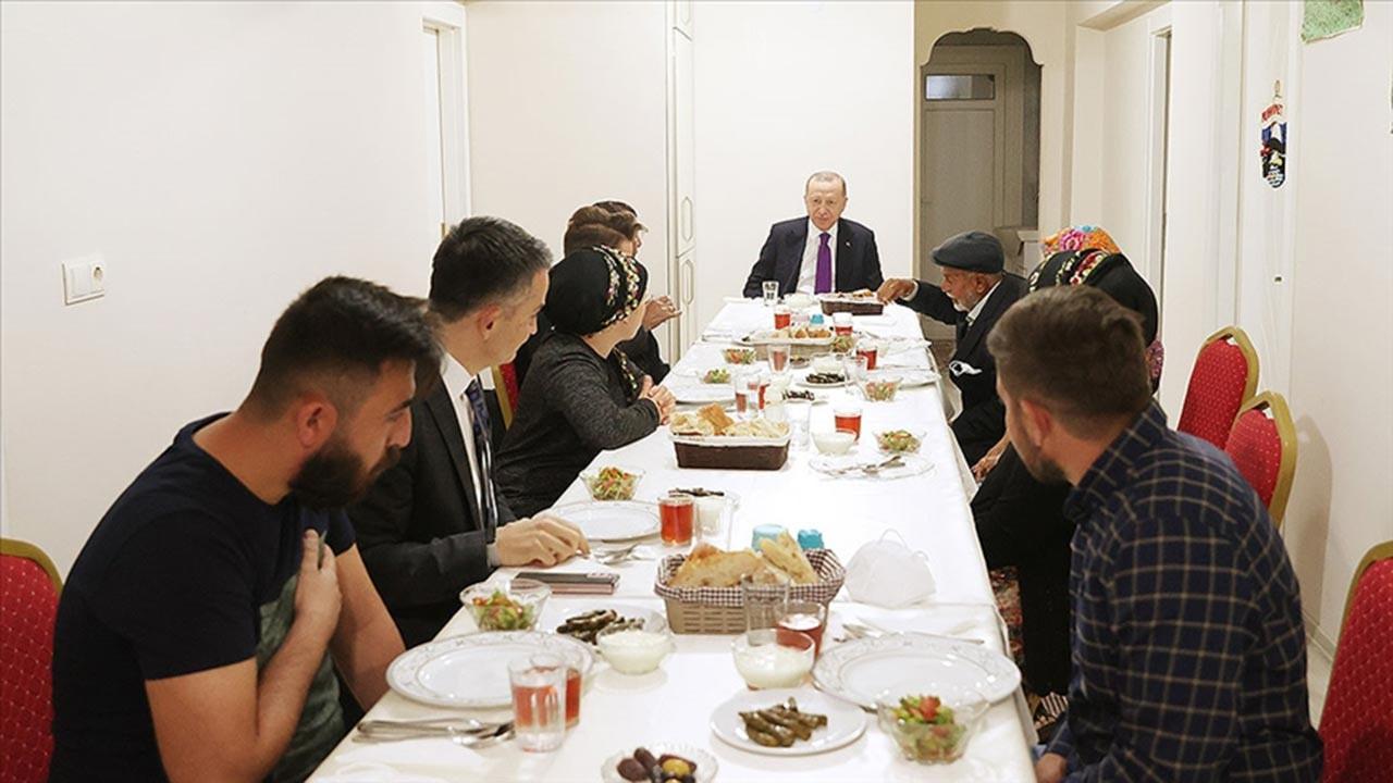Erdoğan iftarını vatandaşla birlikte açtı