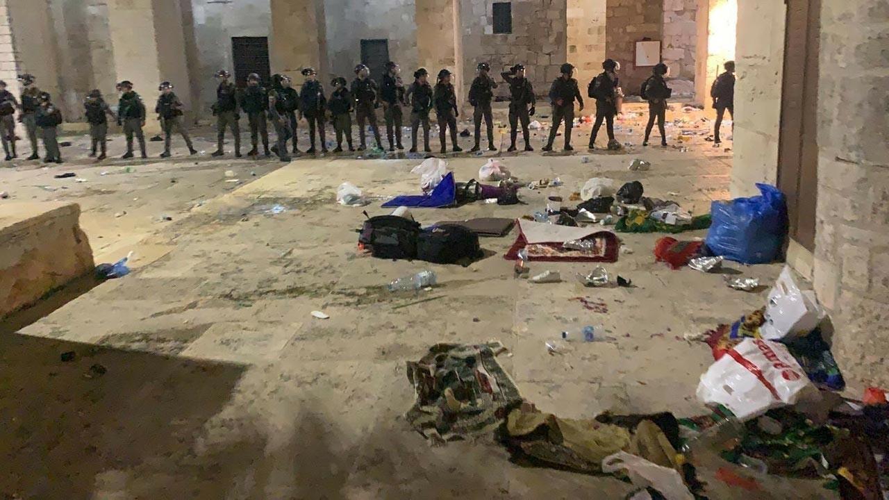 İşgal polisi Mescid-i Aksa'da cemaate saldırdı