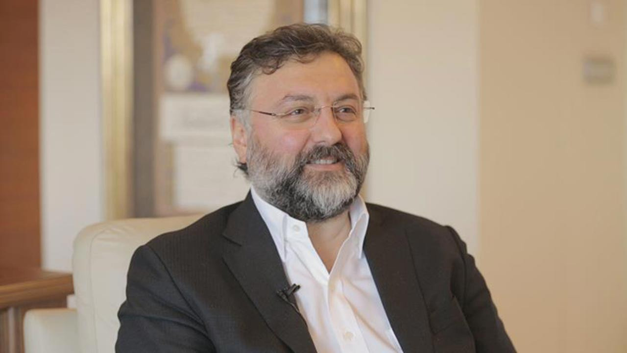 Altan Elmas 1969 İstanbul doğumludur.