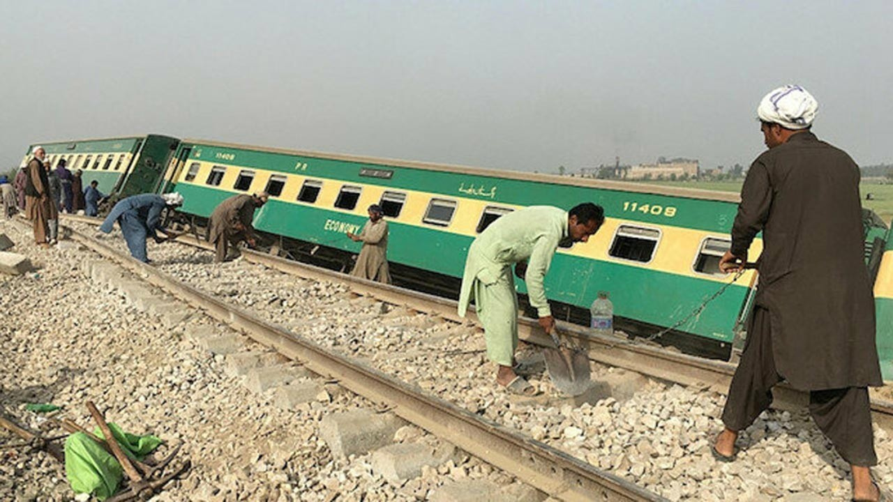 Kardeş ülke Pakistan'da kaza, en az 50 ölü var
