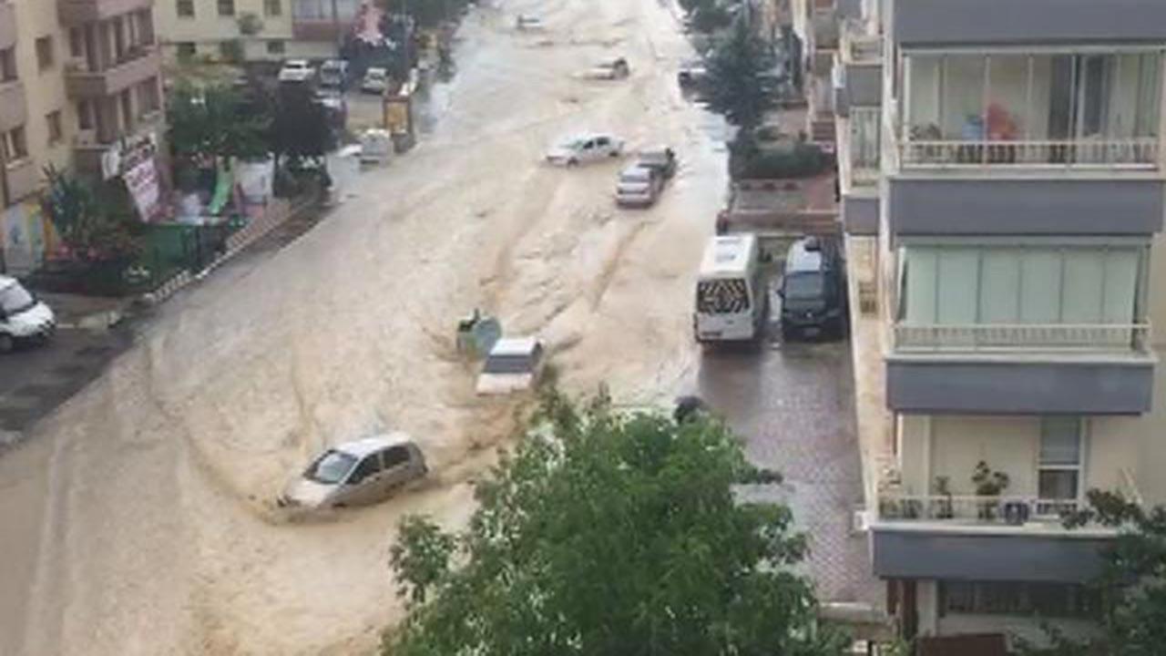 Ankara bir anda yağmur ve sele teslim oldu
