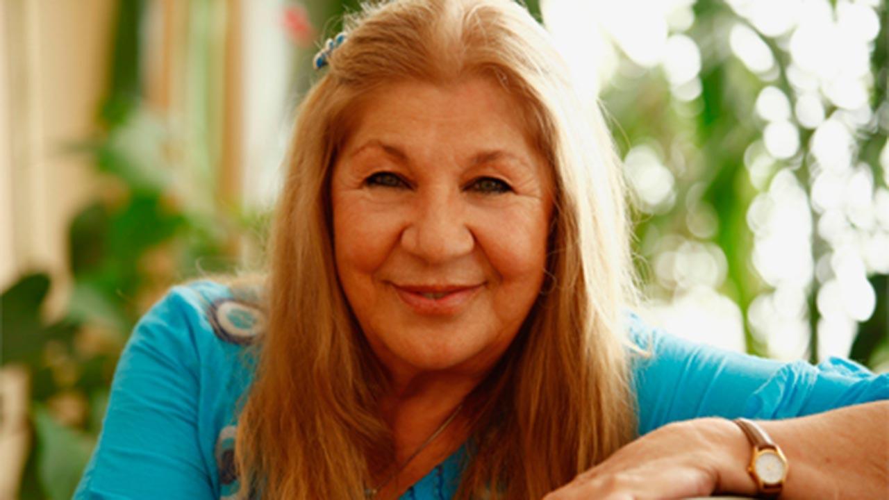 Ayla Alganile tanışıpEkol Drama'da oyunculuk eğitimi aldı.