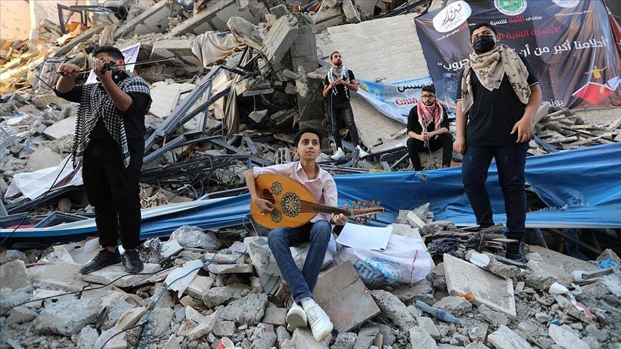 Gazze'de enkaz üzerinde konser