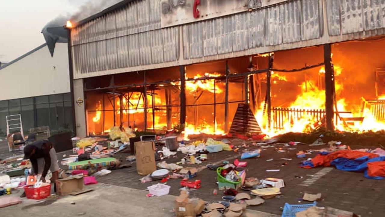 İnsanlar öldürülüyor, dükkanlar yağmalanıyor
