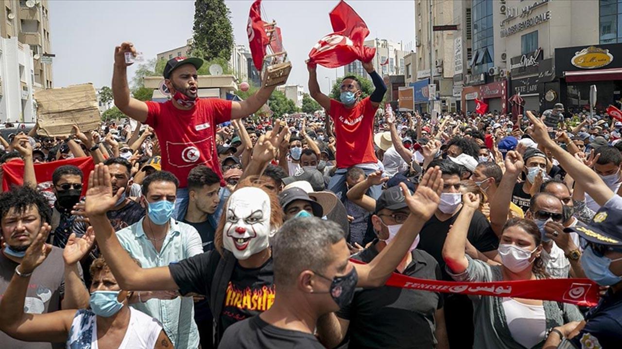 Tunus'ta darbe karşıtları ile destekçileri çatıştı