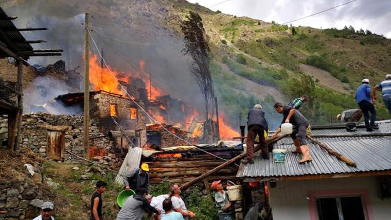 Artvin'de köyde çıkan yangın ormana sıçradı