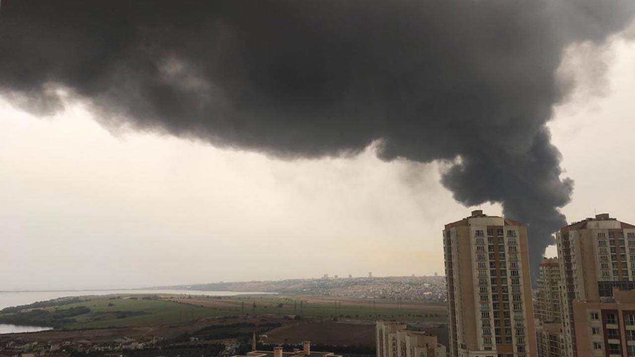 İstanbul'da fabrika yangını, gökyüzü karardı