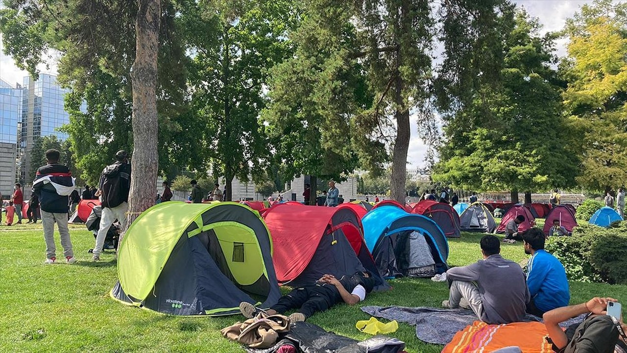Evsiz ve göçmenlerden Paris Valiliği önüne çadır
