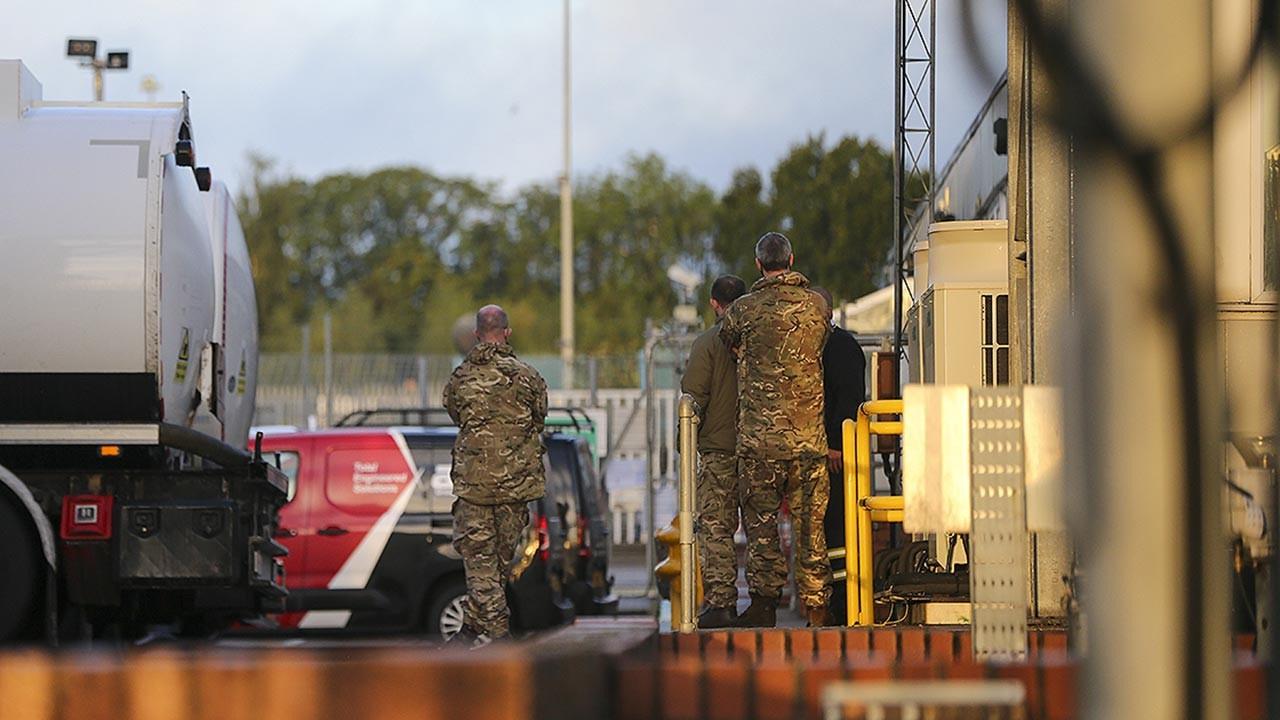 İngiltere'de yakıt krizi askere rağmen bitmedi