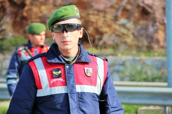 Jandarma Genel Komutanlığı tarafından askerlere dağıtılan #039;takbul gözlüğü#039; sayesinde şüpheliler ve suçlular gözden kaçmayacak.
