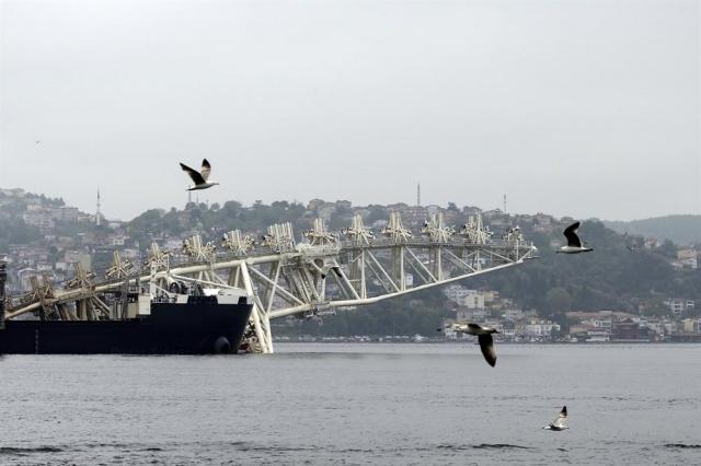 Dünyanın en büyük inşaat gemisi boğazdan geçti