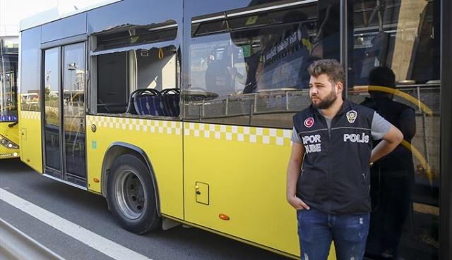 Fenerbahçe taraftarı, daha önceki derbilerde olduğu gibi bir kez daha belediye otobüslerinin camlarını indirdi.