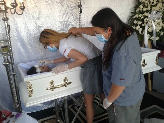 Ölmeden cenaze törenini gerçekleştirdi!