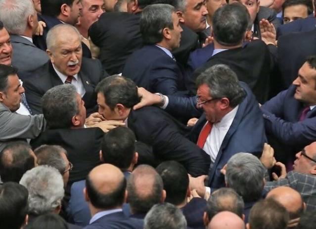 Mecliste Kavga Çıktı