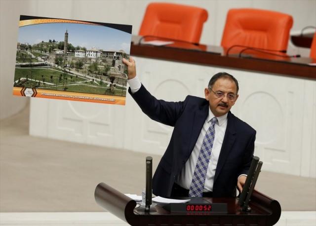 Terör örgütü PKK#039;nın kazdığı hendekler nedeniyle mağdur olan vatandaşlara yapılan evleri tek tek gösteren Bakan Özhaseki, devletin halkının yanında olduğunu gösterdi.