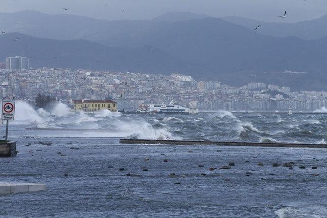 İzmir#039;de fırtına ve şiddetli yağışın ardından denizle kara birleşti