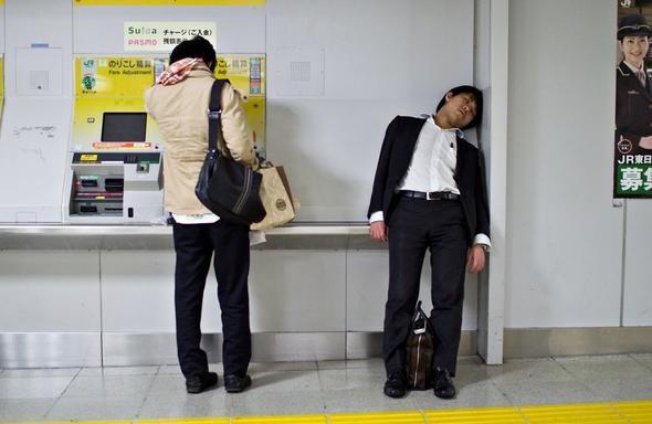 Bored Panda Japonların çalışma dışında aktivitilerini,işe gidiş şekillerini sosyal medyanın da dikkatini çeken şekilde gözler önüne serdi. Sıkışık metrolardaki yorgun bakışlar fotoğraflara yansıdı.
