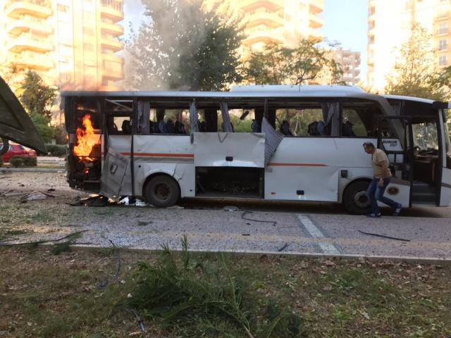 Mersin#039;de polis servis aracına yönelik bombalı saldırı düzenlendi, olay yerine polis, sağlık ve itfaiye ekipleri sevk edildi.