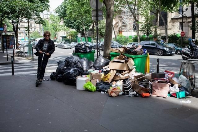 Paris sokaklarını 'çöp götürüyor'