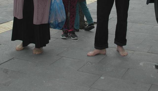 2 km yolu yalın ayak yürüyerek oy kullanmaya gittiler