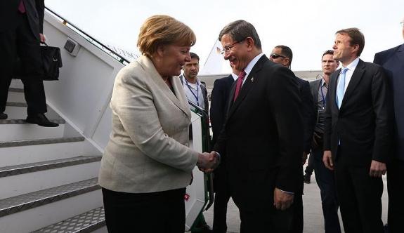 Davutoğlu ve Merkel mülteci kamplarını geziyor