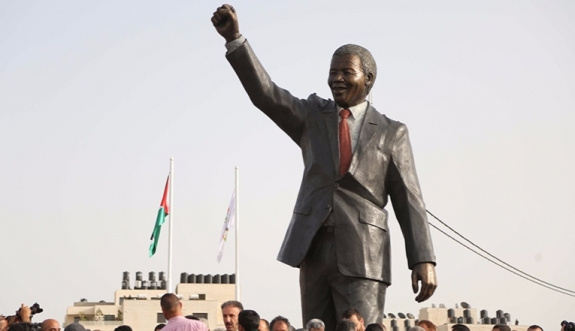 Filistin'e dev Mandela heykeli dikildi