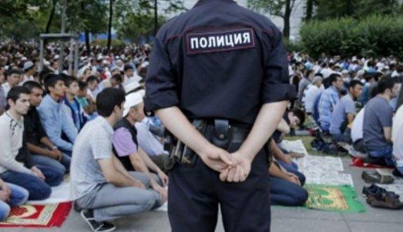 İşgalci Rus askerleri camiyi bastı