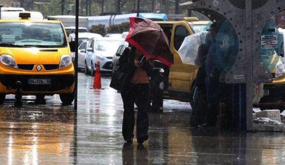 İstanbul'da sağanak yağış trafiği etkiledi