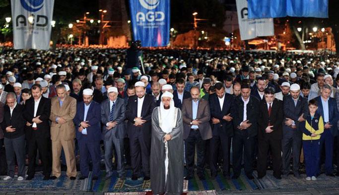 Ayasofya Camii önünde sabah namazı