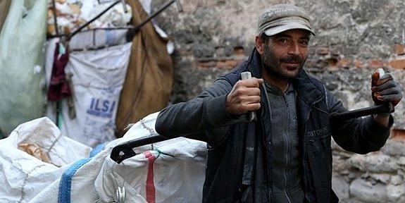 Beş dil bilen Suriye'li sığınmacı kağıt topluyor