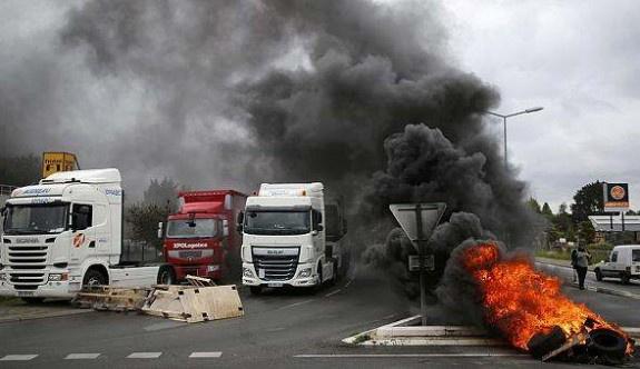 Fransa'da grevler akaryakıt kıtlığına yol açtı