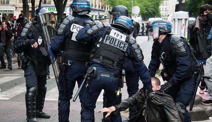 Batıda, Fransa polisini kınayan birileri çıktı