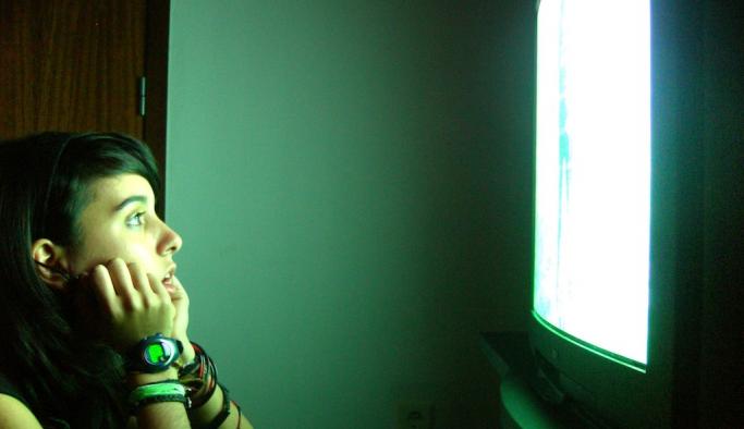 Gençlerin yüzde 93 vaktini televizyonla öldürüyor