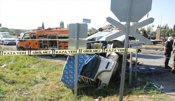 GÜNCELLEME - Öğrenci servisiyle otomobil çarpıştı: 2 ölü, 14 yaralı