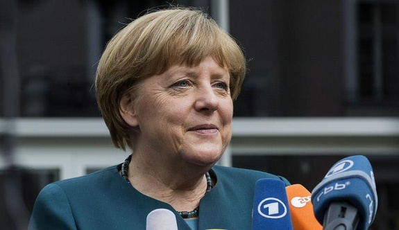 Merkel'den AB'ye vizesiz seyahat açıklaması