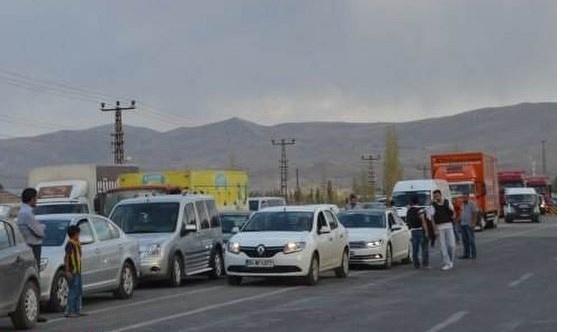 PKK gün ortasında yol kesti, araçları yaktı