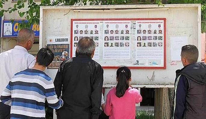 Aranan PKK'lıların afişleri sokaklara asıldı