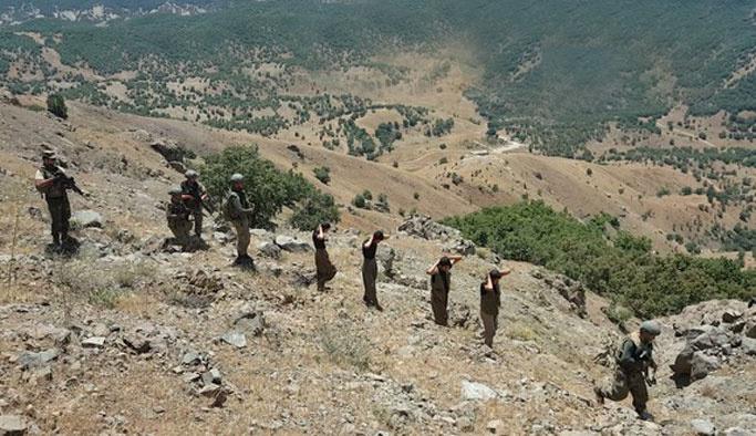 Asker Lice dağlarında PKK'lı toplarken
