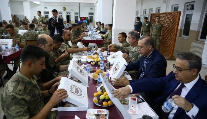 Cumhurbaşkanı Erdoğan'dan askere iftar sürprizi