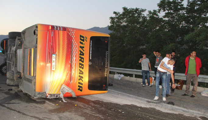 Elazığ'da yolcu otobüsü devrildi: 27 yaralı
