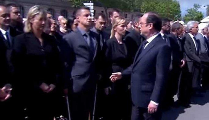 Fransız polisi Hollande'in elini sıkmadı