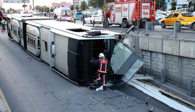 Metrobüs devrildi, 10 kişi yaralandı FOTO