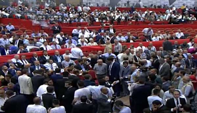 MHP'li muhalifler salonda delegeleri bekliyor