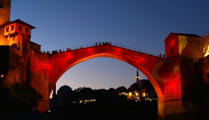 Mostar Köprüsü kırmızı beyaz