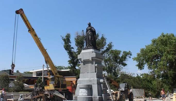 Rusya işgal ettiği Kırım'a Katerina'nın heykelini dikti