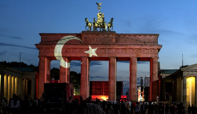 Tarihi Bandenburg Kapısı Türk bayrağı renklerine büründü