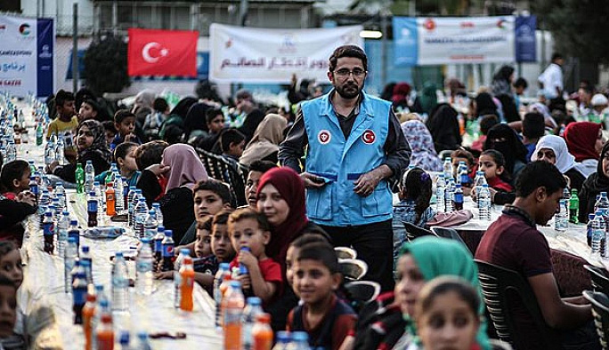 TDV'den Gazze'de bin kişilik iftar sofrası